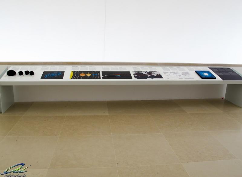 bancada 1 com recursos de acessibilidade , maquetes, pranchas em relevo e objeto tátil
