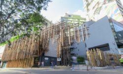 Fachada da Japan House São Paulo, com estrutura de madeira clara de hinôki, espécie de pinheiro japonês.