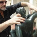 Lothar Bazanela, tocando na escultura de bronze na Galeria Tátil